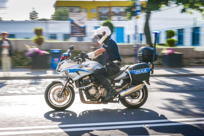Policja Piotrków Trybunalski: KASKADA -Zamiast ostrzegać światłami przed Policją - zdejmij nogę z gazu!